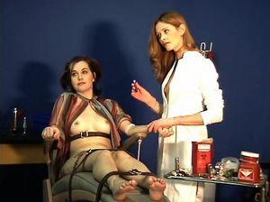 Рыжая медсестра устроила БДСМ пытки для своей пациентки