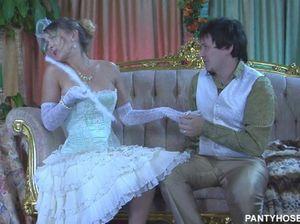 Парень засадил член в шикарную русскую невесту на диване