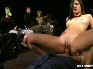 Молодая девушка устроилась сексуальное шоу и прыгает на большом члене мужика