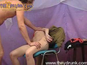 Зрелый мужик мастурбирует киску совсем бухой русской блондинки