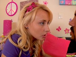 Нежная блондинка пососала член и осталась в свою розовую вагинальную дырку