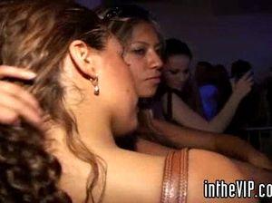 Стройные пьяные девушки отдаются мускулистым парням после танцев