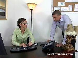 Молодой директор трахает на столе секретаршу в очках