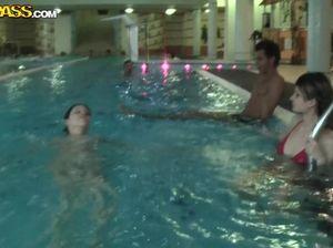 В бассейне студенты трахают  своих подружек во время группового секса