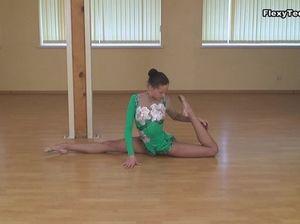 Шикарная голая гимнастка показывает свою замечательное тело на тренировке