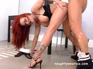 Рыжая секретарша с большой грудью на работе пошалила со своим новым начальником