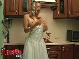 На кухне нежная невеста хорошо мастурбирует бритую киску