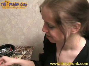 Русские девушки напились и стали лизать пизды  друг друга на диване