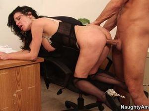 На рабочем столе секретарша с большой грудью раздвинула ноги перед начальником