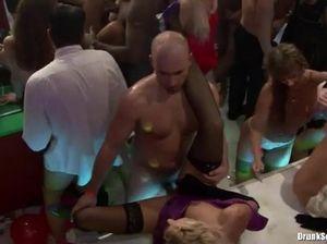 На пьяной закрытой вечеринке в ночном клубе девушки отдаются всем подряд