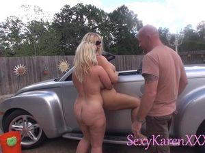 На улице во время вечеринки свингеров мужики долбят блондинок с большими дойками