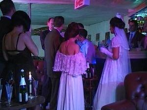Симпатичную невесту на свадьбе пустили по кругу и поимели во все дырки
