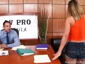 Блондинка в офисе отдается в анал предельно горячему начальнику