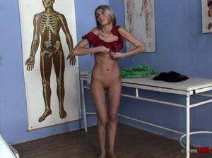 Лесбиянка медсестра соблазнила свою пациентку и поимела ее большим страпоном