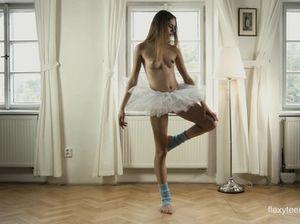 Сексуальная молодая балерина без трусов задирает ноги