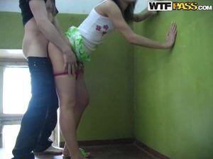 Молоденькая русская девушка во время вечеринки в подъезде ебется со студентом