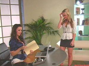 Бизнес-леди в офисе занимается лесбийским сексом со своей красивой секретаршей
