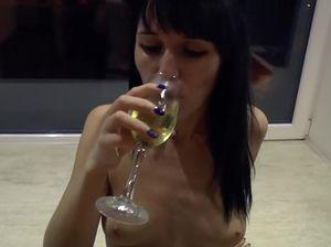 Русская бухая брюнетка делает минет от первого лица и отдается в киску