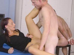 Симпатичная стерва развлекается с двумя мускулистыми парнями бисексуалами
