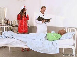Медсестра во время двойного проникновения получила невероятный оргазм
