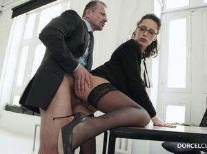 Темноволосая секретарша в очках в  позе раком долбится в пизду