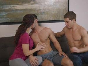 Два парня бисексуала и девушка потрахались  на диване