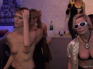 В ночном клубе толпа девушек занимается сексом с присутствующими парнями
