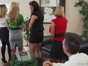 Потрясающие сексуальные секретарши трахаются с начальником в офисе