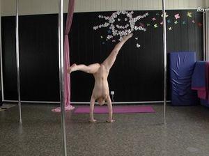 Русская молодая гимнастка тренируется совсем голенькая