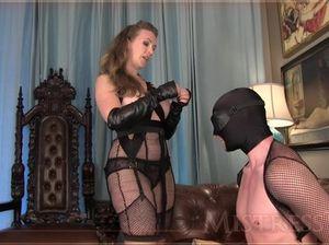 Шикарная сексвайф заставила своего покорного мужа сосать член любовника