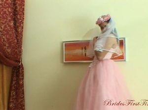 Русская невеста отдается любовнику в хорошо растянутый анал