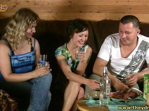 Секс втроем русских пьяных женщин и их соседа