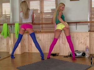 Шикарные блондинки гимнастки в спортзале дрочат ногами киски и лижут их