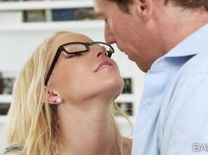 Шикарная секретарша в очках в офисе ебется с  серьёзным шефом