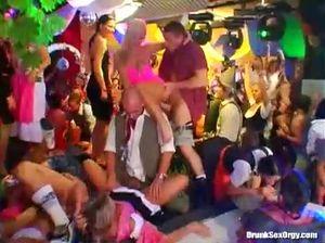 Пьяные минетчицы сосут большие хуи на групповой вечеринке в ночном клубе