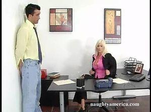 Босс долбит пизду секретарши с большими силиконовыми сиськами