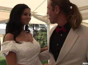 На свадьбе невесты ебутся с женихами и получают камшоты на лица