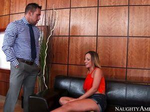 Начальник занимается сексом с секретаршей на диване