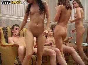 Красивые стройные девушки увелечены групповым сексом со своими однокурсниками