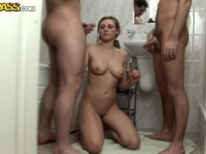 Два студента по очереди в туалете ебут смазливую сучку