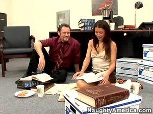 На рабочем месте девушка в разных позах ебется с шефом