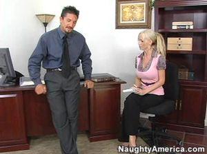 В офисе симпатичная секретарша сосёт хуй и ебется  прямо на рабочем столе