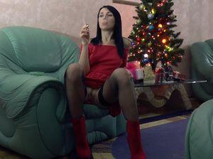 Девушка с сигаретой раздвинула ноги и мастурбирует горячую пизду