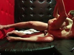 Во время вечеринки русская девушка стонет во время горячего секса