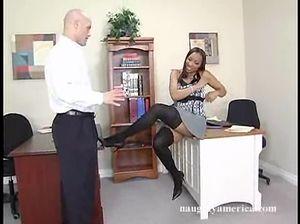 В офисе шикарная мулатка встала раком и отдается брутальному шефу
