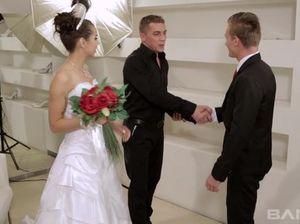 Похотливая невеста ебется в анал с женихом и фотографом перед свадьбой