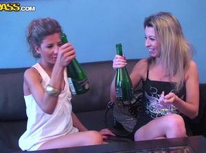 Пьяные студентки развлекаются в душе с дилдо во время вечеринки