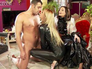Две знойные госпожи издеваются над зрелым рабом и заставляют его кончить