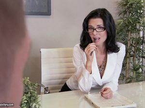 Зрелая секретарша в очках и черных чулках скачет на члене начальника в офисе