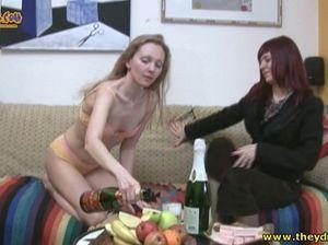 Пьяная лесбиянка совратила подругу и трахнулась с ней на диване